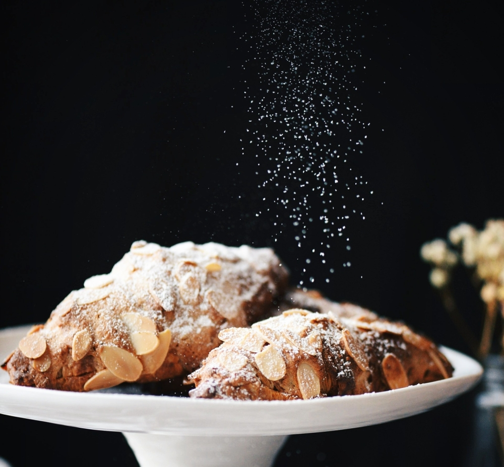 Almond Croissants Dusting